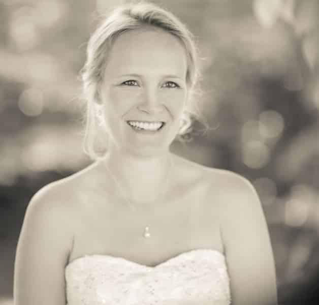 Die Braut strahlt und kann es kaum erwarten, ihren Bräutigam zu sehen