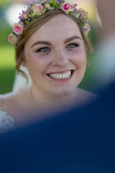 Die Braut strahlt den Bräutigam an