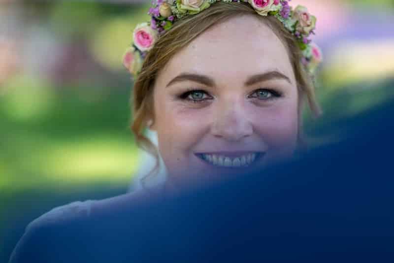 Die Braut entdeckt den Hochzeitsfotografen.