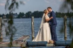 Braut und Bräutigam sind dem Rummel der Hochzeit entkommen
